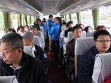 满满当当的大巴车装载着网友们的购房梦