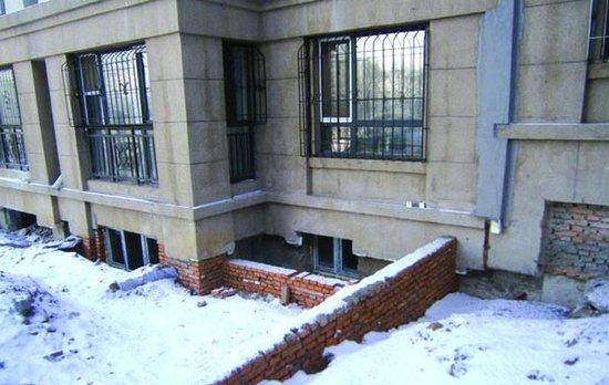 海富漫香林小区架空层被一楼居民刨墙开窗