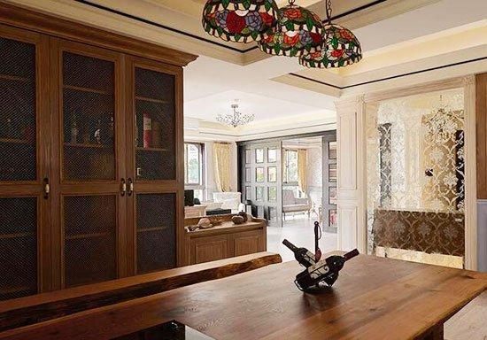 屋主喜爱开放式厨房,特别挑选原木质材为餐桌,天花饰以花卉灯饰,营造图片
