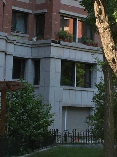 哈尔滨辰能溪树庭院小区墙砖脱落 一名老太被砸身亡