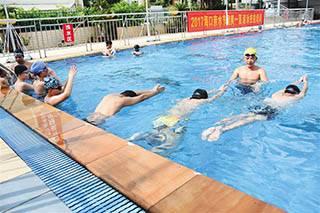 240名中小学生体验免费游泳课