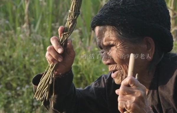 海南酷炫90岁阿婆既会玩泥巴又会唱民谣