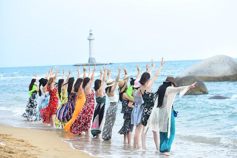台风来临前夕 游客海边嬉戏