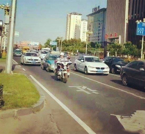 邯郸:入伏首日老人晕倒 交警开辟生命绿色通道