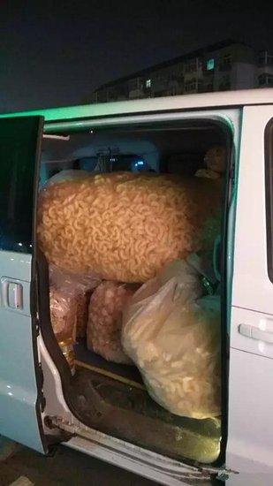 """邯郸一司机将小面包变成""""小作坊""""交警查处没商量"""