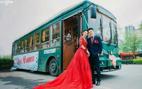 邯郸街头复古铛铛车、公交车迎亲,回头率超高!