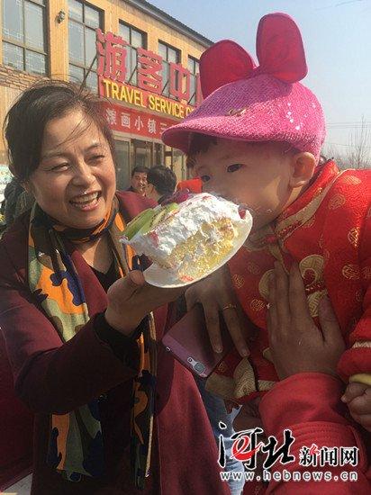 馆陶一村庄全体村民分食30米长巨型蛋糕