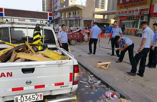 邯郸开发区交警大队现场拆除新城路私装地锁