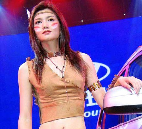 身着印第安服饰 脸上着彩的美女姜培琳也是一身野性