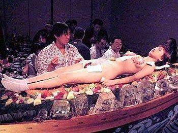 盛宴的美女则身着三点式泳装;女体盛美女并非