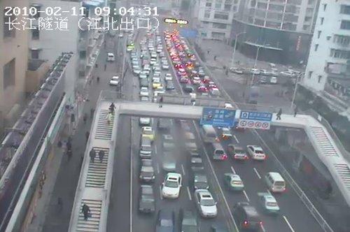 狂风携雨雪今袭江城 武汉市区交通大拥堵