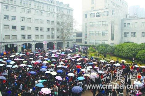 凌晨3点 美术高考生排队报名_湖北新闻媒体库