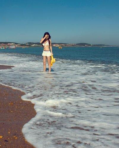 80后美女大连海滩秀比基尼图