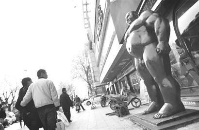 """大块头""""裸男""""雕塑现身襄樊羞煞路人"""