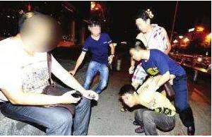 黄冈警方假扮邻居称房屋漏水 擒获四名吸毒人员