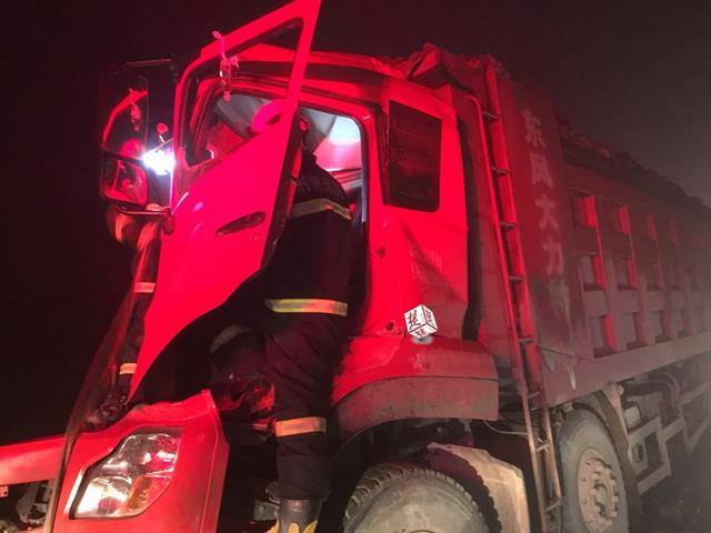 荆州高速路段两货车追尾 消防紧急破拆救援