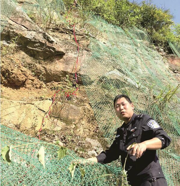 民警跳下10米山崖追歹徒 受伤昏迷前铐住嫌疑人