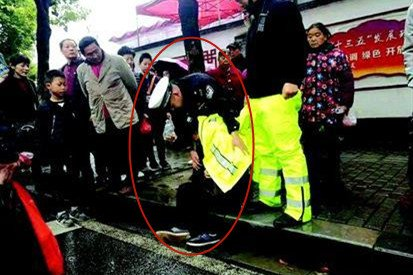 暖心!宜昌男子冷雨天醉卧街头 交警脱衣为其挡雨
