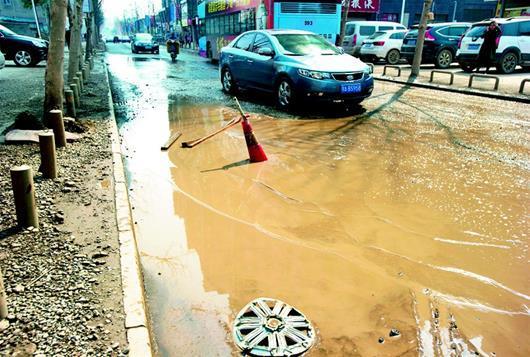 白沙五路一处窨井盖下沉 数万居民出行难上加难