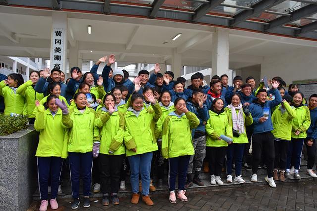 黄冈菱湖学生藏族铁路拿到回家的火车票高兴的聚在一起向高中工作人员高中上海闸北区图片