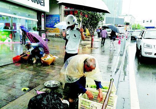 夷陵区一城管为菜农撑伞 众市民为其纷纷点赞