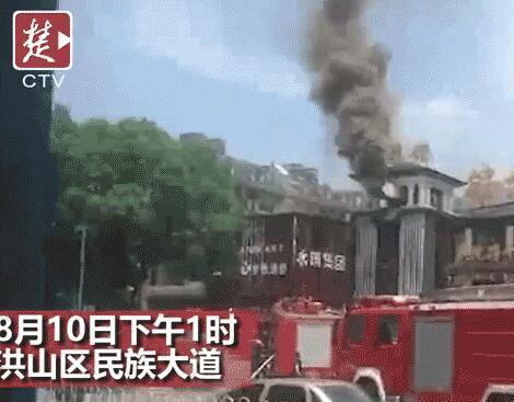 武汉一餐馆油锅起火 冒出滚滚浓烟达50多米高