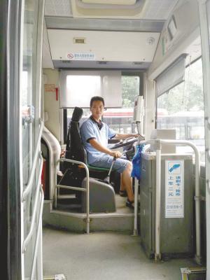 6岁小女孩独自乘车迷失方向 公交司机3小时送她回家
