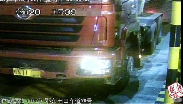 货车司机动歪脑筋换牌冲岗还逃费 被警方拘留