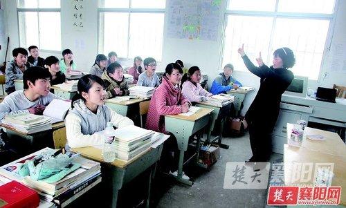 1日上午,南漳武安镇刘集中学,春光明媚,操场边的紫玉兰正蔚然绽图片