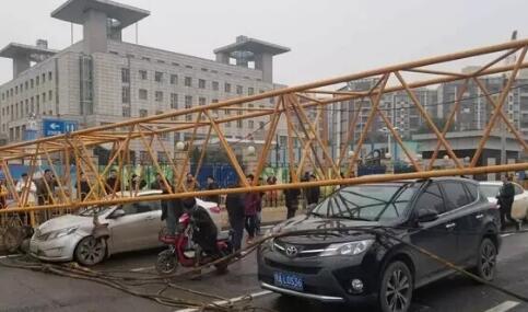 武汉一地铁工地起重机吊臂倾倒 造成2车受损