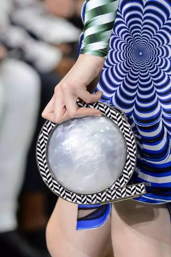 最近时尚圈都中了这些包包的毒