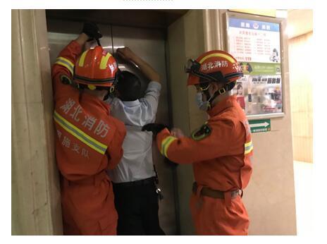 一小区突然停电4人被困电梯!恩施消防紧急救援