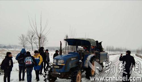 安陆一拖拉机载26人行驶 警车护送2公里后截停
