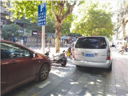 """宜昌多处盲道变""""停车场"""" 市民发现可举报"""