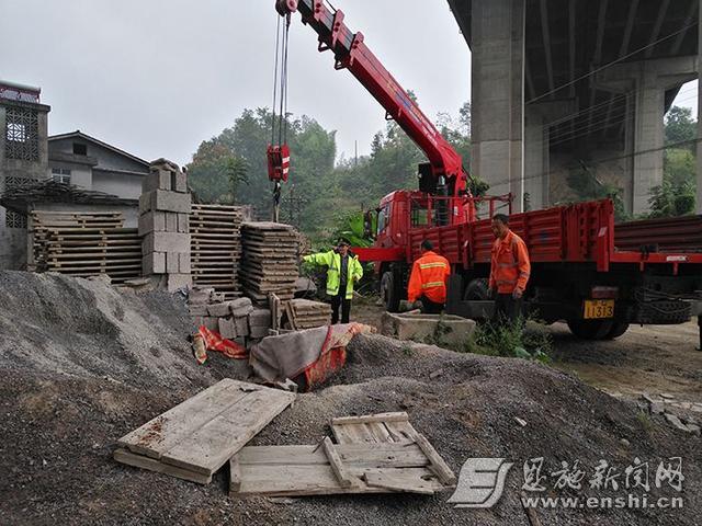 鄂西路政依法拆除桥下砖厂 搬离木制模具百余个