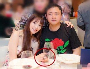 吴佩慈与男友出席生日宴 戴两千万鸽子蛋钻戒闪瞎众人