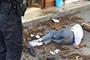 广告牌突然掉落砸伤过路老人 民警及时救助脱险