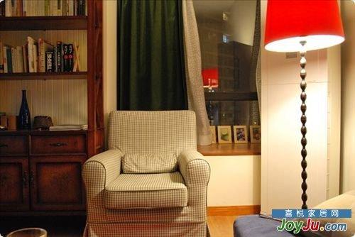 宝蓝色灯芯绒沙发配红色的落地灯.这色彩搭得
