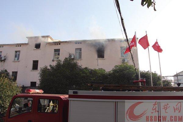 黄石公司宿舍突发大火 员工灭火被浓烟逼出