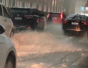 暴雨倾袭!武汉多处路段渍水 出行请注意