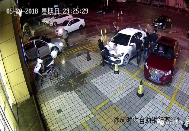 打黑!宜昌街头多人持刀斗殴 8人被抓3人在逃
