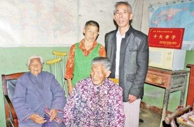 七旬儿子带着98岁养母回到孝感 照顾耄耋生母