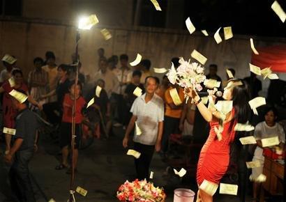 """武汉男子向空中撒百张1元纸币 称""""赏给""""歌女"""