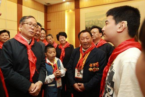 李鸿忠亲切看望全省少先队员代表