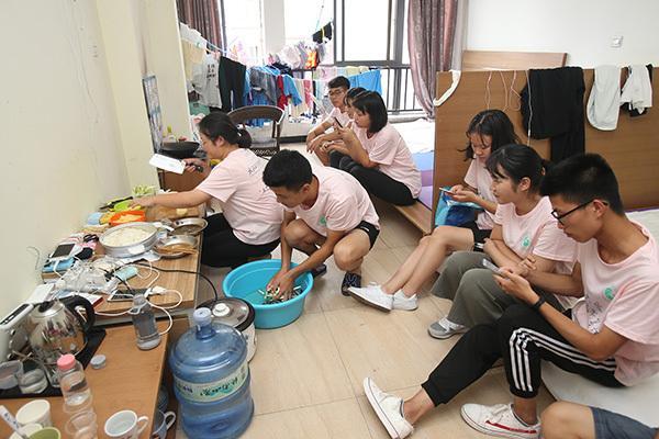武汉大学生在西安生存挑战 14人同住被疑搞传销