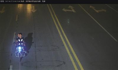 称龙山县人杨某带着侄儿骑电动车经过华塘街道办事处附近时,一男子