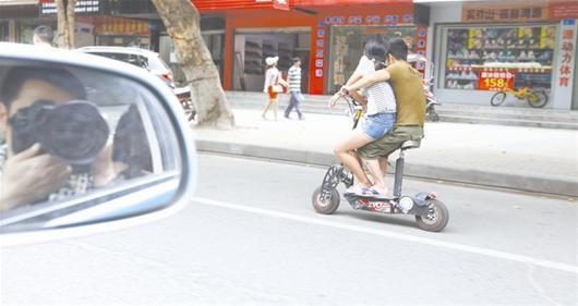 随州女孩怀抱小伙骑小型电动车女生为他们捏路人168图片
