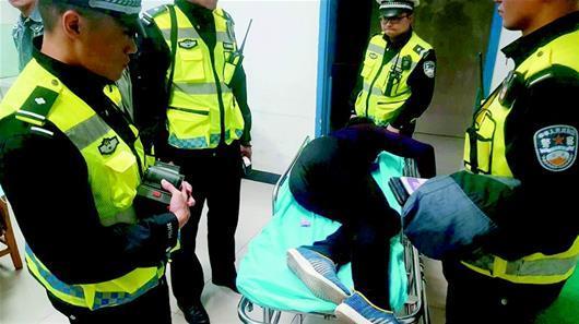 司机看到民警检查急忙倒车 原来不是酒驾是毒驾