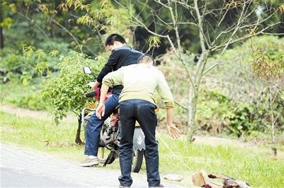 """用摩托车拖拿石头砸 网曝黄石两""""贱男""""虐狗(图)"""