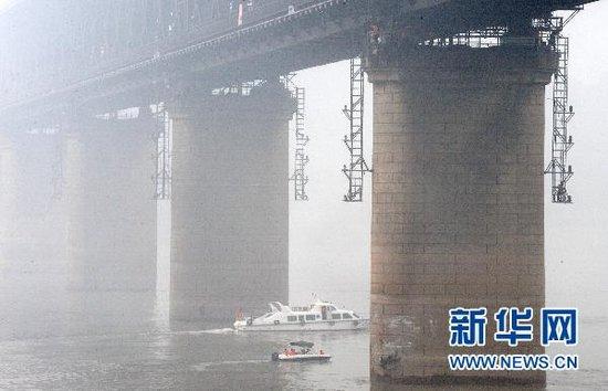 万吨油轮撞击武汉长江大桥桥墩 交通未受影响